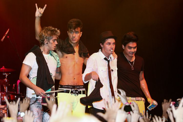 Thomas, Pe Lu, Pe Lanza, e Koba do Restart agradecem ao público após show do Restart (15/4/12)