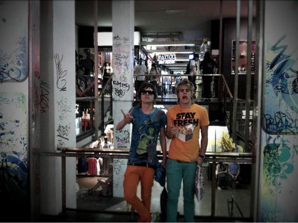 Os integrantes do Restart Pe Lanza e Thomas posam para foto na Galerías Bond Street, em Buenos Aires. A banda, que no ano passado lançou música em espanhol, fez uma turnê pela Argentina em julho último