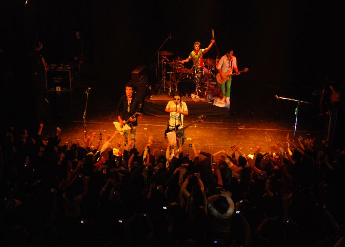 A banda Restart se apresenta no ND Ateneo, em Buenos Aires, onde esteve em julho para sua primeira turnê internacional. Em dezembro do ano passado, o grupo lançou no disco