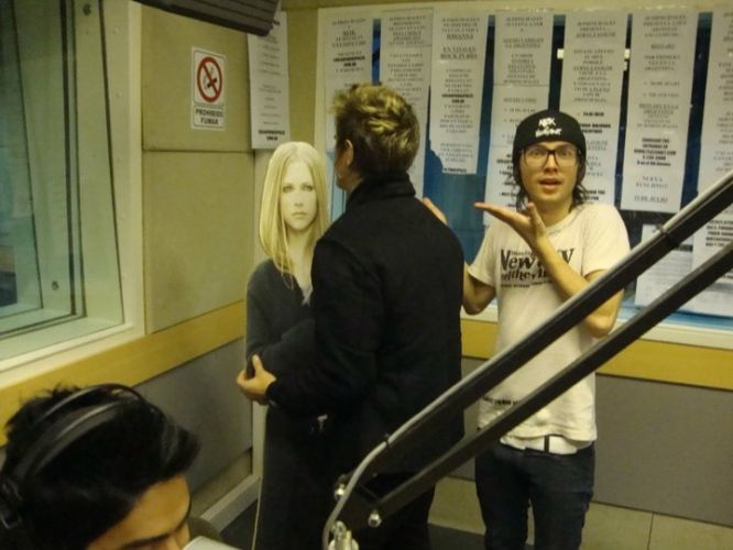 Os integrantes do Restart Thomas e Pe Lanza brincam com uma réplica de Avril Lavigne quando participaram de um programa de rádio em Buenos Aires, onde a banda esteve em julho para sua primeira turnê internacional. Em dezembro do ano passado, o grupo lançou no disco