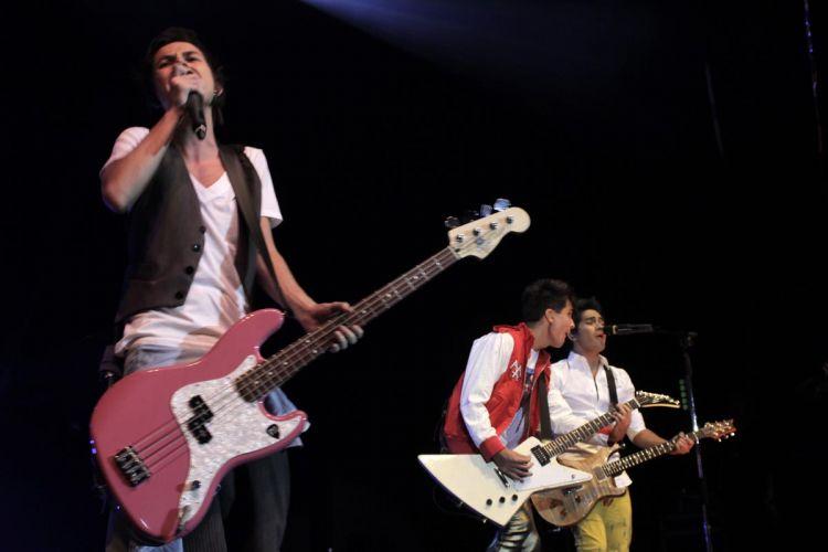 Com um show de 1h10, pontualmente iniciado às 19h, a banda Restart apresentou o novo álbum,