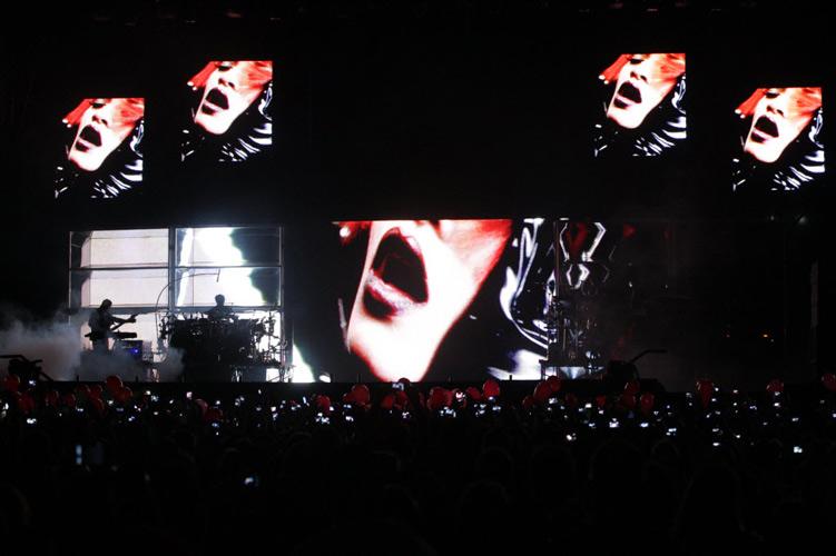 Show em São Paulo começou com mais de 1h de atraso, ao som de