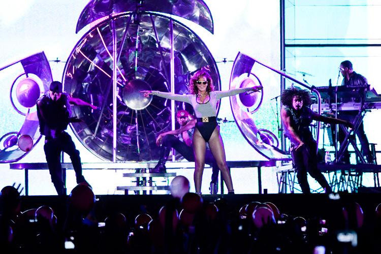 A cantora vestiu um figurino ousado: maiô listrado, óculos de glitter, meia fina preta e bota (16/9/2011)