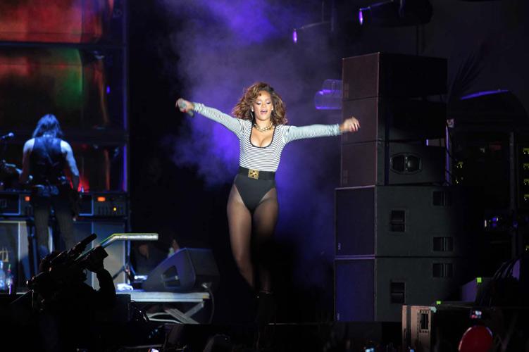 Rihanna entrou em cena atrasada, mas levou a plateia ao delírio ao som de