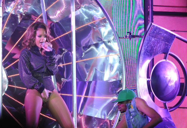 Rihanna faz coreografia ousada em show em Brasília, no Ginásio Nilson Nelson. A cantora mostra a turnê do disco mais recente,