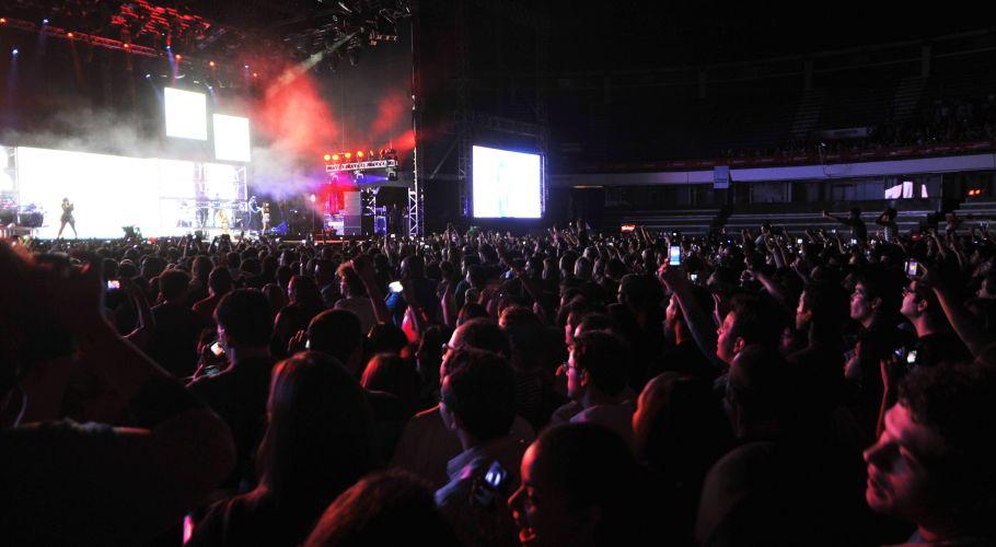 Público lota o Ginásio Nilson Nelson, em Brasília, em show de Rihanna. A cantora mostra a turnê do disco mais recente,