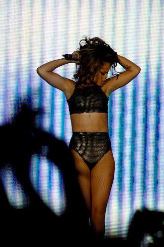 Rihanna mostra sucessos antigos e músicas do disco mais recente,