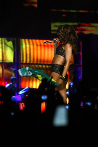 Rihanna segura bandeira do Brasil em show em Brasília, no Ginásio Nilson Nelson. A cantora mostra a turnê do disco mais recente,