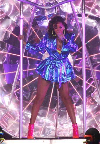 Após turnê no Brasil, Rihanna faz show em Liverpool, Londres, e anima o público com suas performances (7/10/2011)