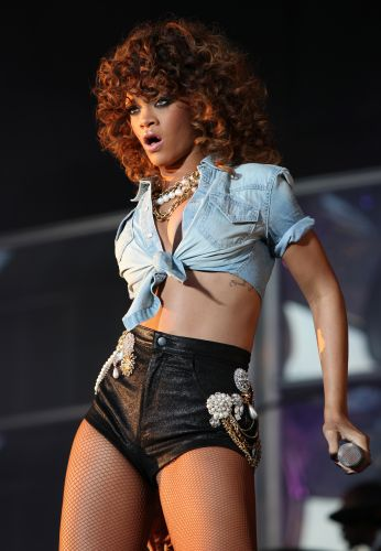 A cantora Rihanna faz performance sensual no segundo dia do festival de música V, em Londres (21/8/11)
