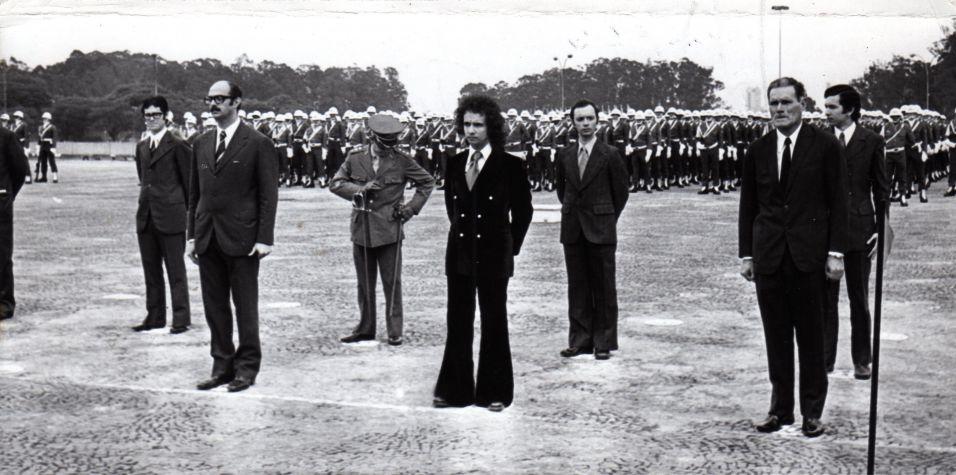 O cantor e compositor Roberto Carlos é agraciado com a Medalha do Pacificador, no Dia da Bandeira (19/11/1973) A música de Roberto Carlos marcou sua vida? Clique no link ao final da legenda e conte sua história