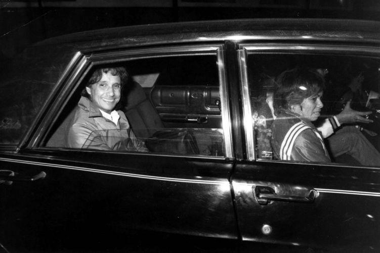 O cantor e compositor Roberto Carlos sai do aeroporto de Congonhas em seu Landau para ensaio no Ibirapuera (16/06/1985) A música de Roberto Carlos marcou sua vida? Clique no link ao final da legenda e conte sua história