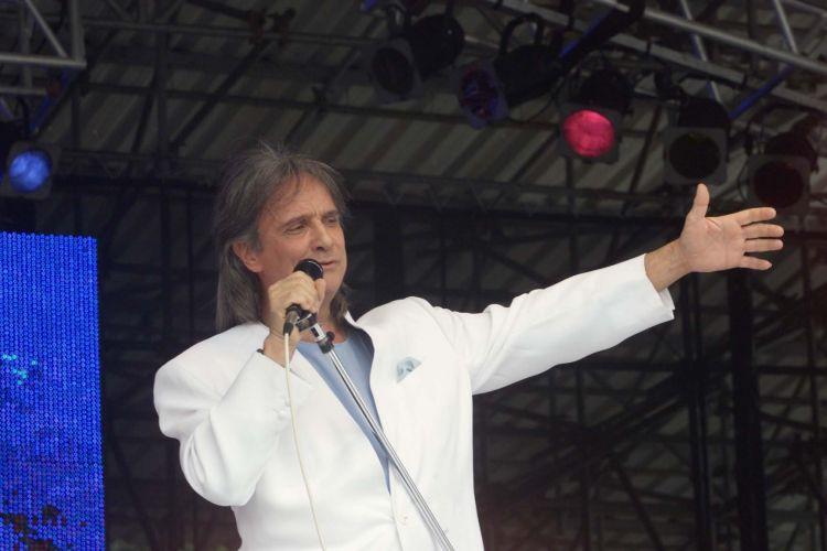 O cantor Roberto Carlos durante o show