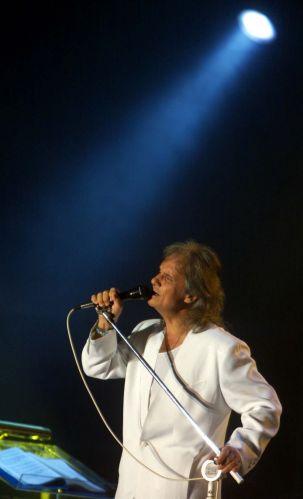 O cantor Roberto Carlos durante show em comemoração aos 41 anos de Brasília (22/04/2001) A música de Roberto Carlos marcou sua vida? Clique no link ao final da legenda e conte sua história