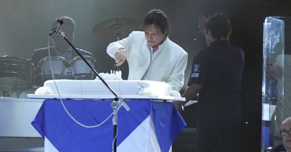 O cantor Roberto Carlos corta bolo que ganhou em show no Maracanãzinho, Zona Norte do Rio de Janeiro. O cantor comemorou 71 anos em apresentação, que começou com a música