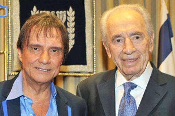 Roberto Carlos posa com o presidente de Israel, Shimon Peres (1/9/11)