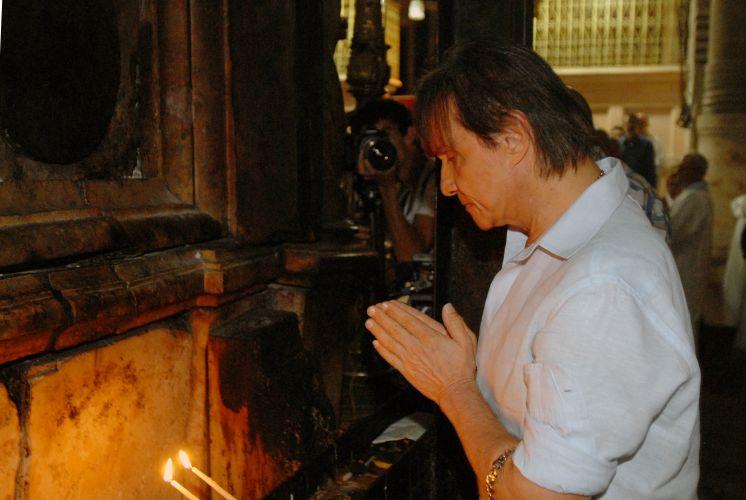 Roberto Carlos na Basílica Santo Sepulcro que, segundo o cristianismo, é o local onde Jesus foi crucificado. Logo na entrada, Roberto Carlos faz suas preces em frente à Pedra da Unção (3/9/11)