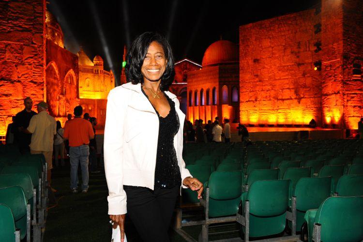 A jornalista Glória Maria, que comandará a transmissão do show de Roberto Carlos em Jerusalém, posa no local onde acontece a apresentação.