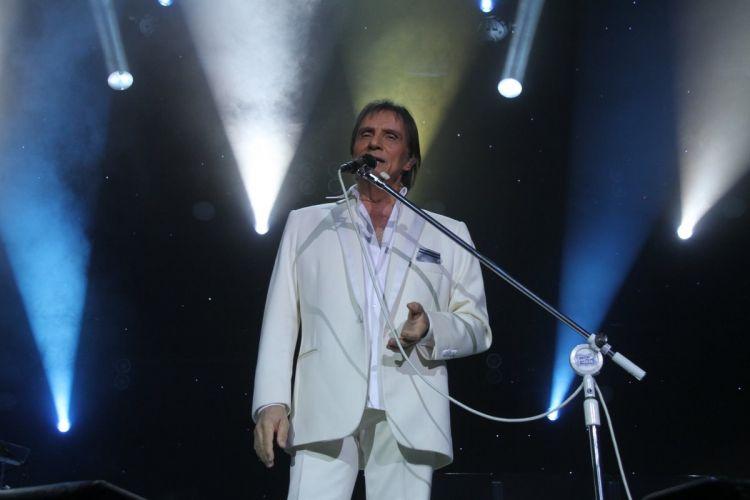 Vestido com um terno branco, Roberto Carlos canta em apresentação no Citibank Hall na Barra da Tijuca, Rio de Janeiro (8/12/11)