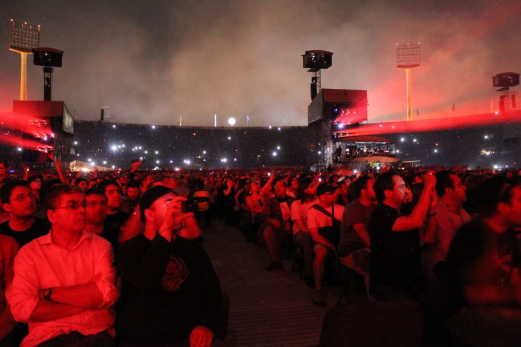 Fãs vão ao show de Roger Waters no Estadio Nacional Julio Martínez Prádanos, em Santiago do Chile (3/3/12)