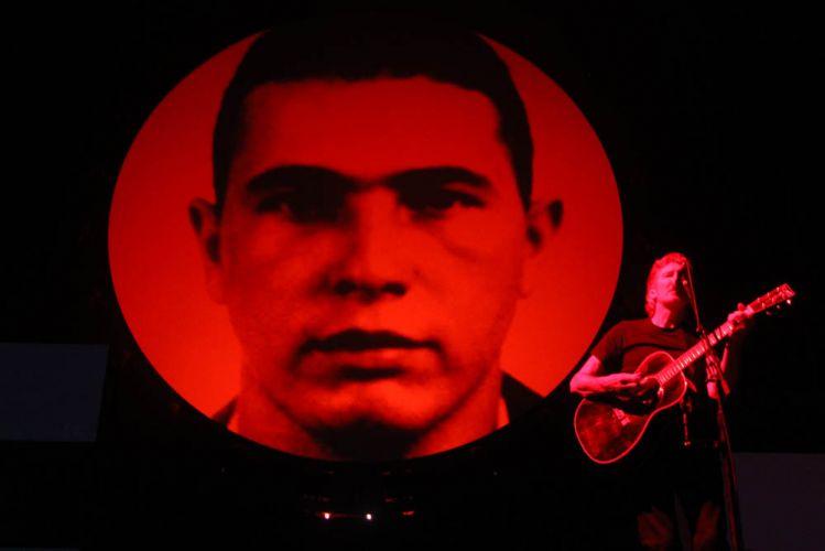 O músico britânico Roger Waters dedica show no Engenhão, no Rio de Janeiro, a Jean Charles de Menezes, brasileiro morto em Londres em 2005 (29/3/12)