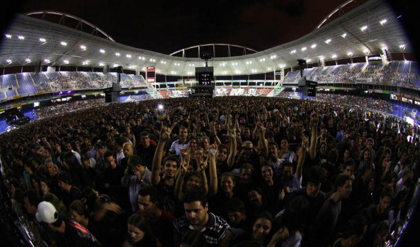 Público lota o estádio do Engenhão, no Rio de Janeiro, no segundo show da turnê