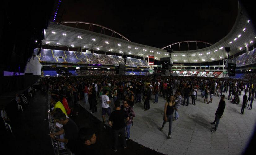 Estádio do Engenhão começa a encher pouco antes de show de Roger Waters no Rio de Janeiro. A apresentação, programada para às 21h, começou com 30 min de atraso (29/3/12)