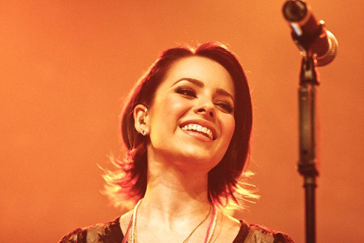 Sandy sorri durante apresentação no Citibank Hall, em São Paulo; além de canções de seu disco solo, cantora interpretou músicas de Marisa Monte, Corinne Bailey Rae, Legião Urbana e Oasis