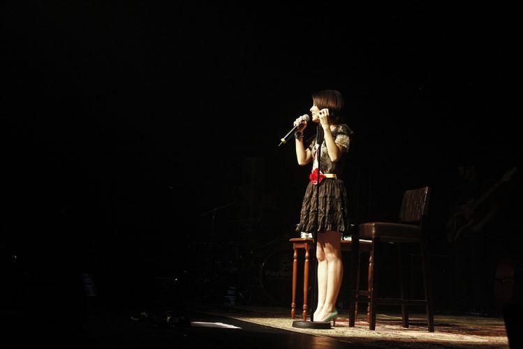 Sandy canta no palco do Citibank Hall, em São Paulo, durante show da turnê do disco
