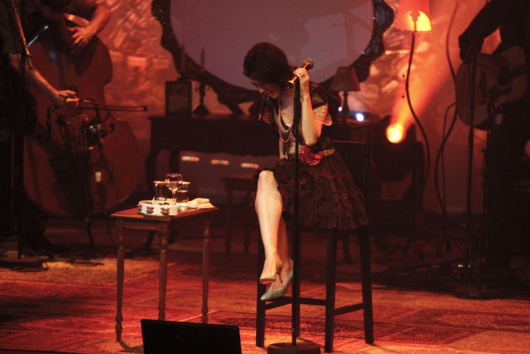 Sandy durante show no Citibank Hall, em São Paulo; cantora interpretou faixas de Lenine, KT Tunstall e Lulu Santos, além de canções do álbum