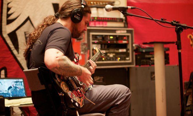 Andreas Kisser, guitarrista do Sepultura, grava músicas para o novo CD da banda, chamado