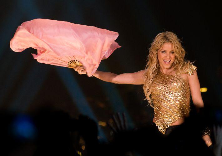 Shakira faz coreografia com leque em show da turnê