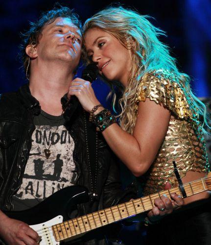 Shakira e integrante de sua banda durante show da cantora colombiana em Buenos Aires (05/03/2011)