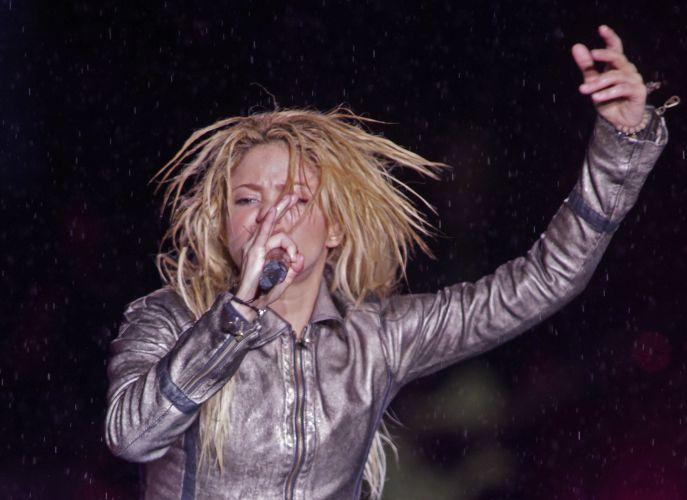 Shakira canta sob chuva em show realizado na Romênia (07/05/2011)