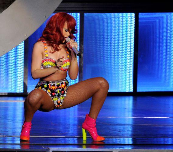 Rihanna faz show na Califórnia e abusa das performances no palco (28/6/11)