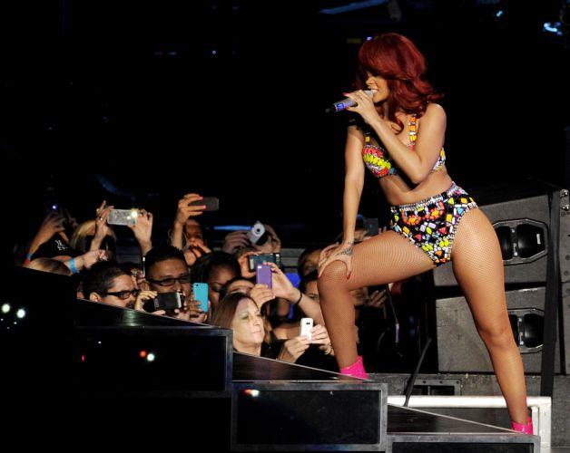 Rihanna posa para os fãs durante show na Califórnia (28/6/11)