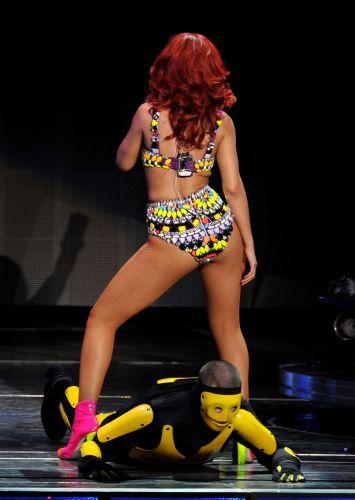 Com performances sensuais, Rihanna faz show na Califória (28/6/11)