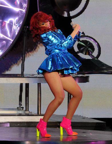 Com performances extravagantes, Rihanna faz show na Califória (28/6/11)