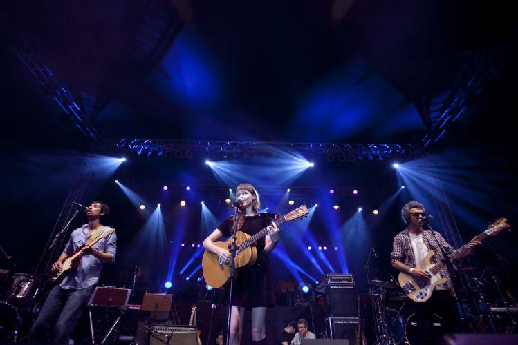 Mallu Magalhães se apresenta em palco montado na Praça da República, em São Paulo (25/01/2011)