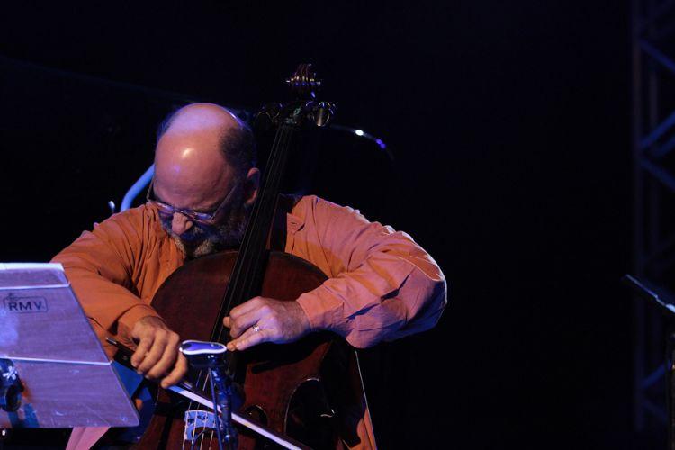 O instrumentista Jaques Morelenbaum se apresenta no festival de música latina em São Paulo (25/8/11)