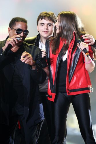 Os filhos de Michael Jackson,Prince Jackson e Paris Jackson, participam do tributo