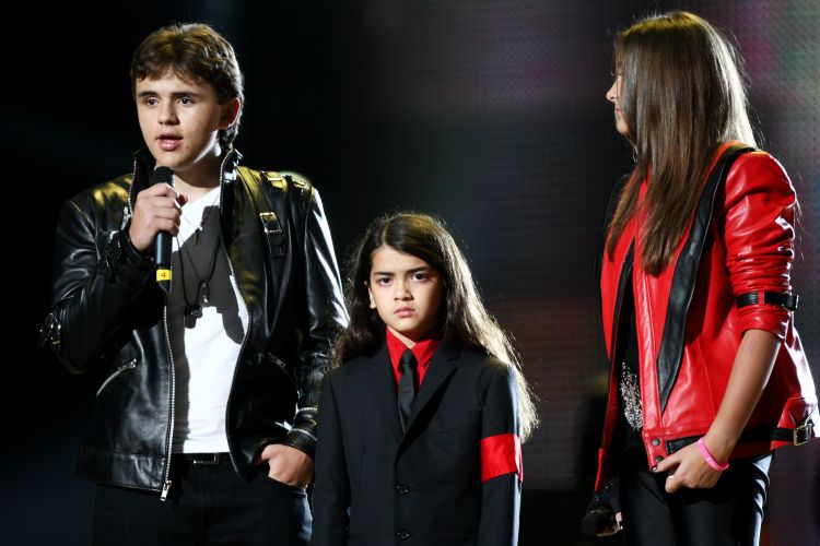 Os filhos de Michael Jackson,Prince Jackson, Blanket Jackson e Paris Jackson, participam do tributo
