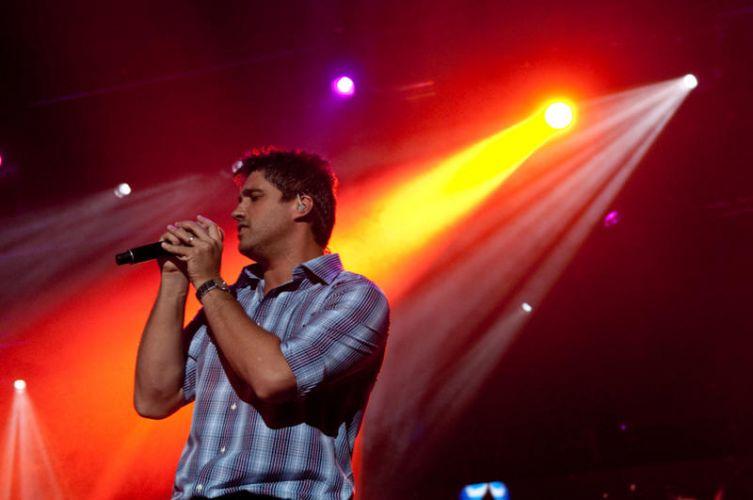 Victor e Leo cantam para o público carioca na noite de sábado (15). Os irmãos já acumulam mais de 1,5 milhão de cópias vendidas pelo Brasil (15/01/2011)