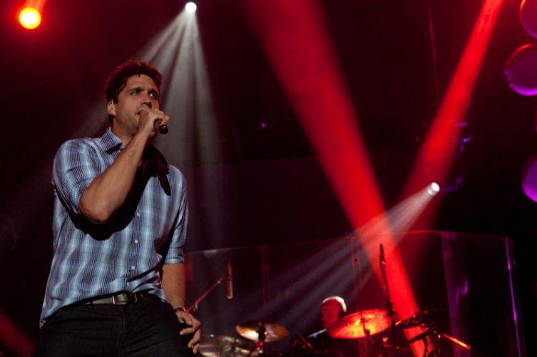 Leo, da dupla sertaneja Victor & Leo, faz show no Rio de Janeiro na noite de sábado (15). Os músicos divulgam o DVD