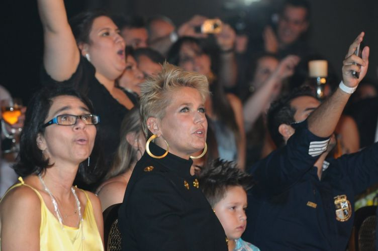 Mesmo tendo chegado no final do evento, discretamente e no escuro, Xuxa virou o centro das atenes. De brincadeira, Victor deu uma bronca na apresentadora por conta do atraso, e disse: 