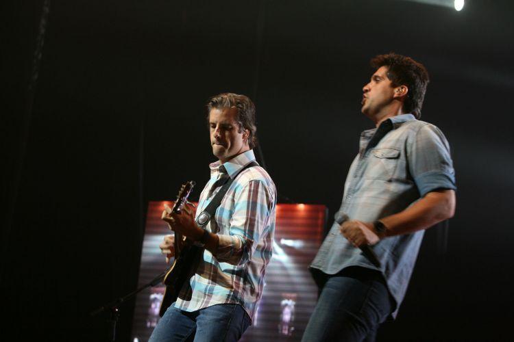 Victor e Leo emocionam os fãs cantando músicas da turnê