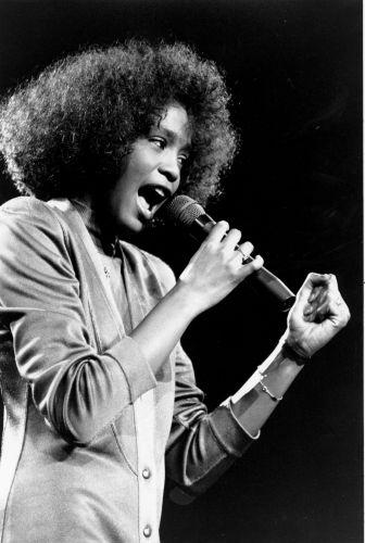 Whitney Houston durante concerto beneficente em Boston, em 1986