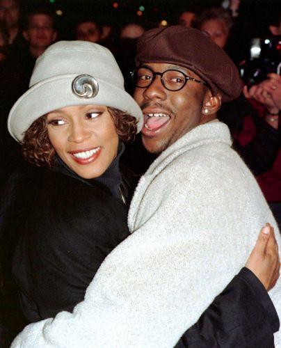 Whitney posa para foto com o marido, Bobby Brown, na première de