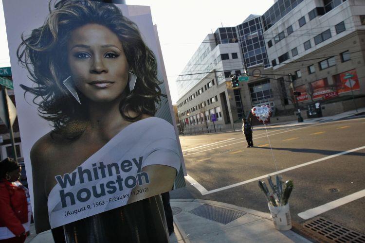 Fãs da cantora prestam suas homenagens no exterior da Igreja Batista New Hope, nesse sábado (18) em Nova Jersey (EUA)