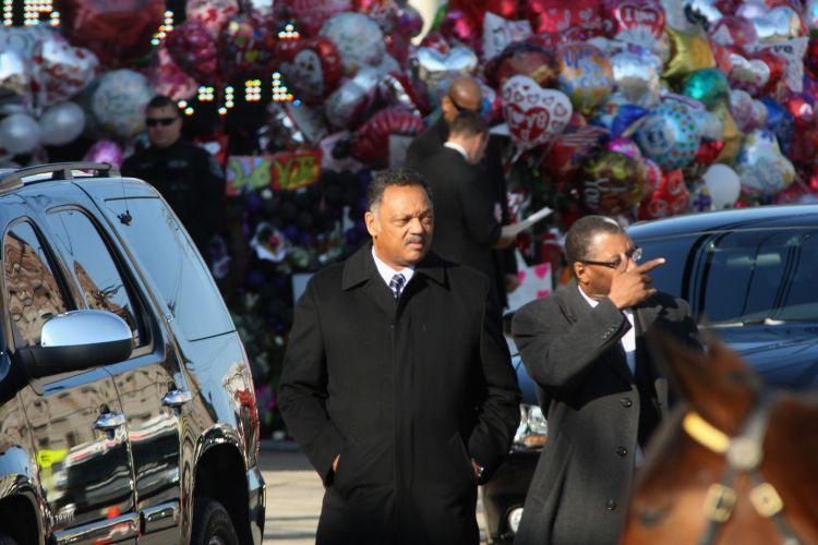 Com balões ao fundo, Rev. Jesse Jackson chega ao funeral de Whitney Houston, em Newark, cidade natal da artista